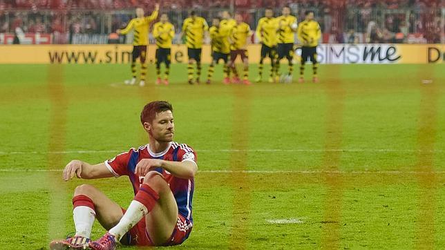 Alonso, por los suelos después de resbalar en su penalti
