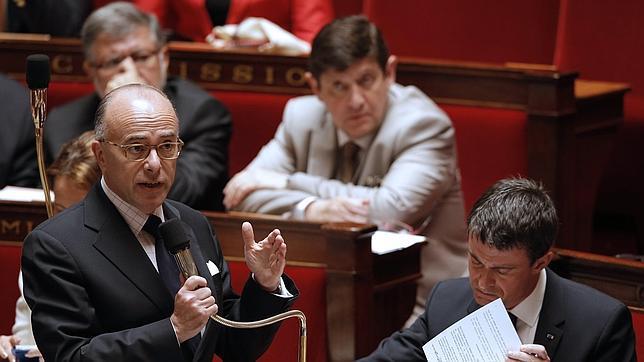 El primer ministro francés, Manuel Valls (d), y el ministro de Interior, Bernard Cazeneuve (i), este martes en la Asamblea Nacional