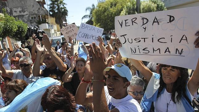 Un grupo de argentinos pide justicia tras la extraña muerte del fiscal Alberto Nisman, en Buenos Aires