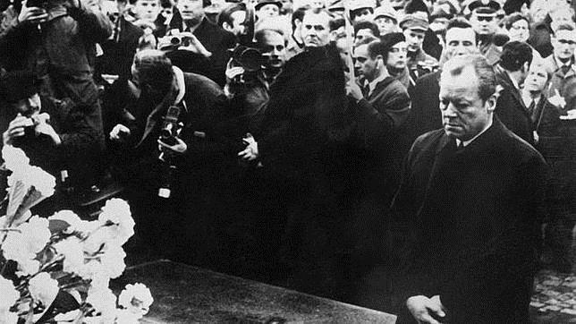 Willy Brandt se arrodilla frente al monumento dedicado a las víctimas del gueto de Varsovia