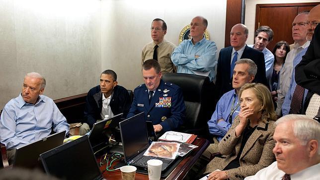 El presidente de los Estados Unidos, Barack Obama, con su equipo de seguridad nacional en la Sala de Situaciones de la Casa Blanca recibiendo las imágenes en directo de la Operación Lanza de Neptuno