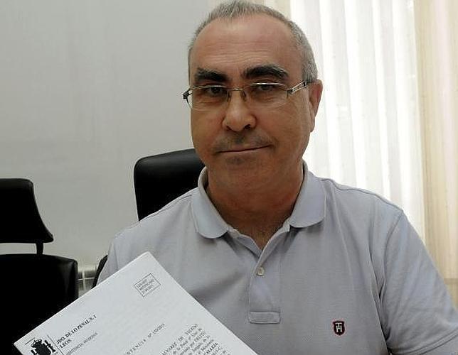 Alejandro Calleja, padre de Rubén, un niño con síndrome de Down, posan junto a la sentencia a favor de la educación inclusiva