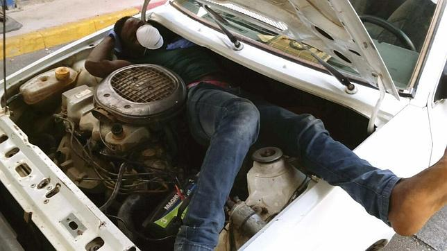 El inmigrante estaba empotrado junto al motor del vehículo