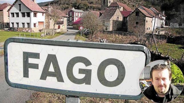 Vista de la pequeña localidad de Fago. A la derecha, el alcalde recientemente reelegido, Enrique Barcos