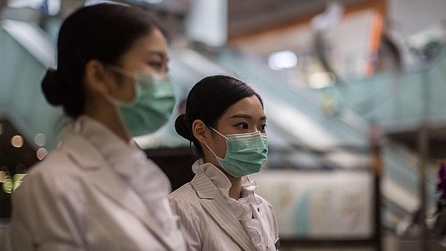 Personal protegido con máscaras en la estación de Kowloon, (Hong Kong), este sábado