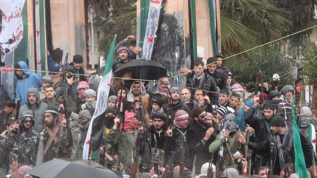 Un rupo de rebeldes sirios  protestan contra el presidente Bashar al Assad