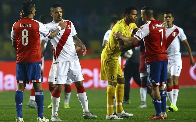 Los jugadores de Perú y Paraguay se saludan tras el partido