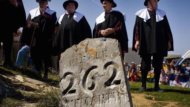 Los representantes galos, ante el punto fronterizo en el que tiene lugar el festivo Tributo de las Tres Vacas
