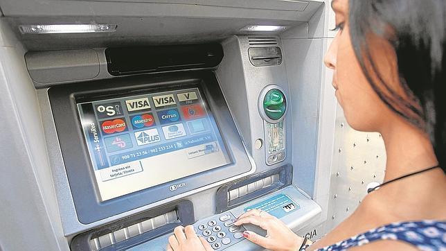 Los españoles llegan a pagar cientos de euros al año en comisiones bancarias