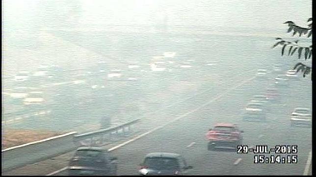 La intensa masa de humo ha colapsado la M-40