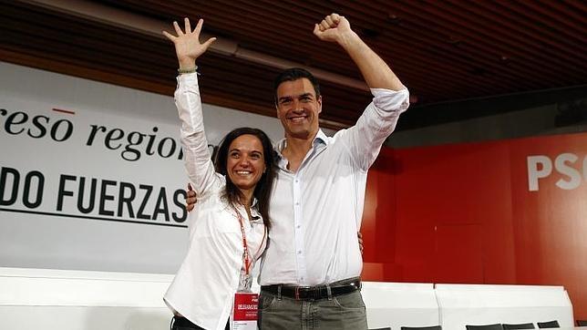Sara Hernández, nueva secretaria general de los socialistas madrileños, y Pedro Sánchez, ayer, durante la clausura del Congreso del PSM