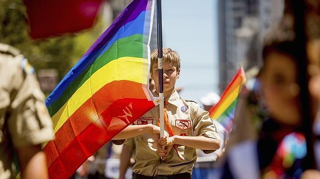 Un boy scout porta una bandera gay durante la marcha del orgullo de San Francisco