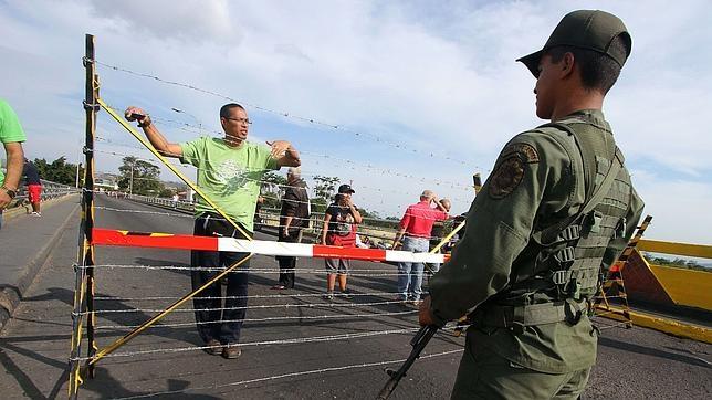 Un soldado venezolano guarda la frontera con Colombia