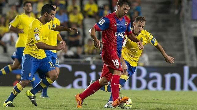El centrocampista del Levante Víctor Casadesús se escapa del argentino Juan Culio en el partido de la segunda jornada de Liga