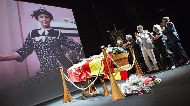 La alcaldesa de Madrid, junto al padre Ángel y otros amigos de Lina Morgan en la capilla ardiente instalada en el teatro de La Latina