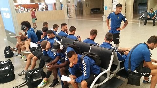 La expedición del Cádiz, en el aeropuerto de Jerez de la Frontera