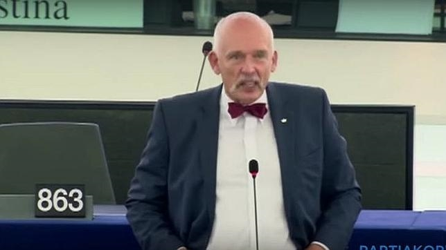 El eurodiputado Janusz Korwin-Mikke durante su intervención