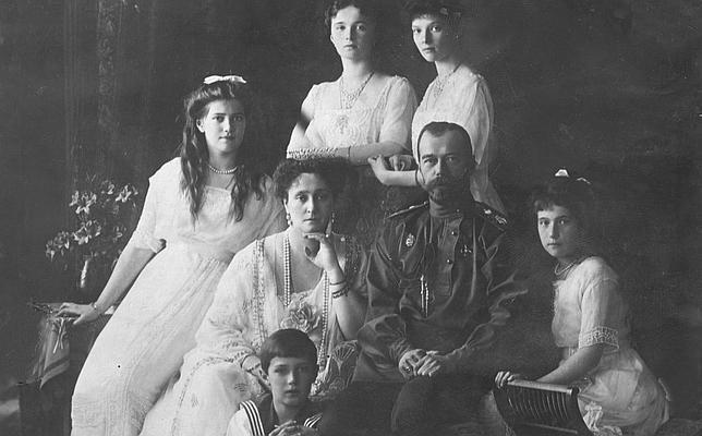 De izda a dcha, la gran duquesa María, la gran duquesa Olga y la gran duquesa Tatiana; sentados, la zarina Alejandra, el zar Nicolás II y la gran duquesa Anastasia y sentado a los pies el zarievich Alexei