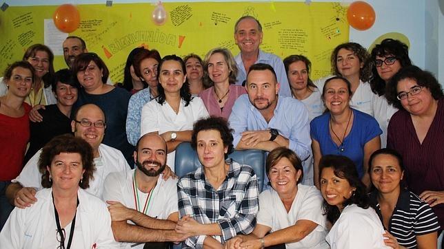 Teresa Romero posó, cuando superó la enfermedad, con todo el equipo del Hospital La Paz-Carlos III