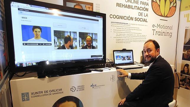 El especialista, junto al videojuego que diseño para ayudar a sus pacientes