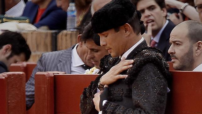 José María Manzanares reza antes de que salga su toro en la Maestranza