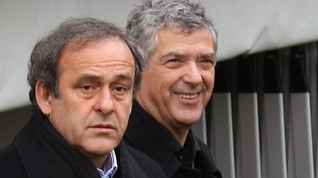 Villar, sonriente, junto a Michel Platini