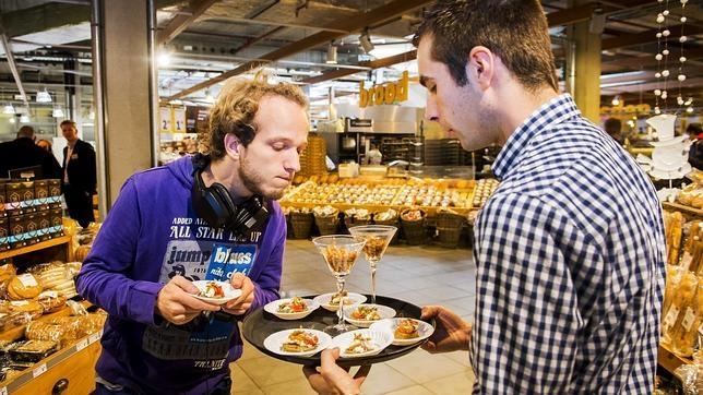 Un empleado ofrece a un cliente varios aperitivos a base de insectos en un supermercado de la cadena Jumbo en Groningen, Holanda, que desde el mes de enero de 2015, están a la venta en todos sus supermercados