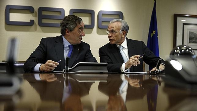 El presidentes de la CEOE, Juan Rosell (i), y el presidente de CaixaBank en la sede de la CEOE de Madrid