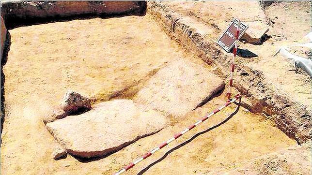 La tumba localizada, cubierta con una gran losa