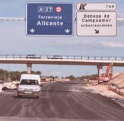 Los coches de servicio circulan ya por toda la traza, que está asfaltada. Antonia Martínez
