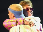 El polémico y criticado abrazo de Elton John con el rapero Eminem quien, pese a las protestas que ha levantado, se llevó tres premios Grammy