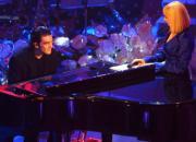 Banderas (arriba, junto a Raffaella Carrá) interpretó al piano una canción inédita compuesta por él mismo en el Festival de Sanremo. Ap