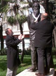 Un año más, se impuso la bufanda a la estatua de Valle-Inclán. Chema Barroso