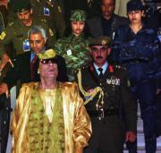 Muamar el-Gadafi rodeado de sus guardaespaldas, ayer en Amán. Ap