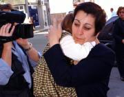 Nerea, arropada por su abuela, entra en los Juzgados de Coria. J.L.Ortega