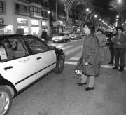 Los usuarios hacen cola para coger un taxi por la noche en Barcelona. Elena Carreras