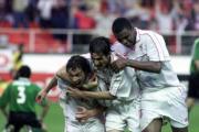 Tres jugadores del Sevilla celebran uno de los tantos. Millán Hercé