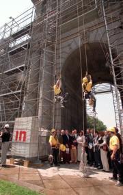 Escaladores colocan sobre la Puerta de Alcalá los primeros libros donados. Javier Prieto