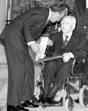 EL Rey le entrega el premio Menéndez Pidal de Investigación Humanística y Científica el pasado 12 de febrero, en uno de sus últimos actos públicos. ABC