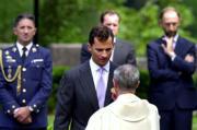 El Príncipe recibe la comunión de manos de Monseñor Álvarez, ayer, en la eucaristía celebrada frente a la Basílica. Efe