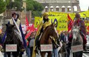ApManifestantes protestaban ayer en Roma por la decisión gubernamental de participar en el ataque a Afganistán
