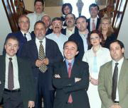 Lamata, (en el centro, muy sonriente), posa junto a los firmantes del acuerdo alcanzado entre el Sescam y los sindicatos sanitarios de la región. Efe