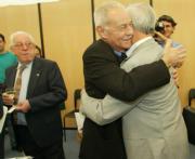 Mendoza recibió un emotivo abrazo de su amigo Mario Vargas Llosa. Chema Barroso