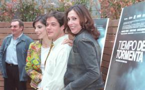 Jorge Sanz, escoltado por sus compañeras de reparto, Maribel Verdú y María Barranco