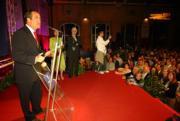 Bono se dirige al público tras conocer su sexta mayoría absoluta REBECA ARANGO