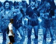 Un hombre pasa ante un cartel de la película «Arroz amargo» en la LX edición de la Mostra. REUTERS