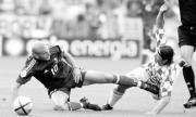 Zinedine Zidane y el croata Niko Tovac en un lance del encuentro . AP