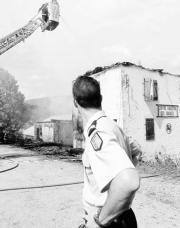 Un gendarme contempla las labores de extinción del incendio. AP