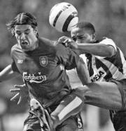 Milán Baros (Liverpool) y  Jorge Andrade (Deportivo)  en un encuentro en el  estadio de Riazor  AFP