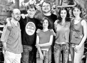 ABC  Guillermo del Toro, rodeado por los actores de su nueva película